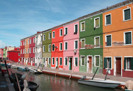colourful houses: Casas coloridas en la isla de Burano, cerca de Venecia en Italia