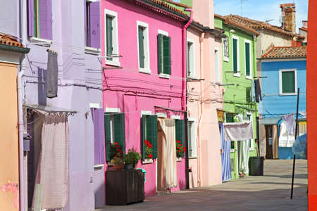 colourful houses: Casas coloridas en la isla de Burano, cerca de Venecia