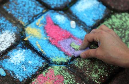 bambino disegna con il gesso color on the road