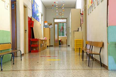 子供のいない休暇中に保育園の長い廊下 写真素材