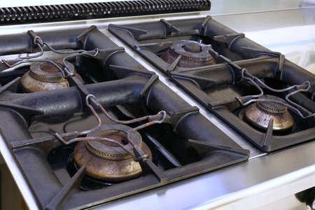 comedor escolar: cuatro grandes estufa de gas en una cocina industrial en la cantina de la escuela
