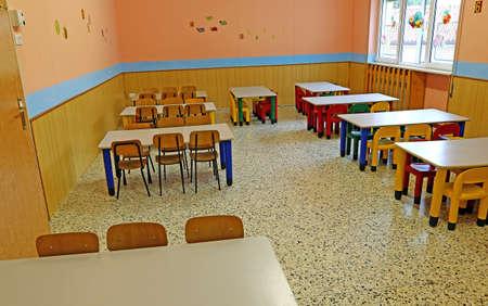 comedor escolar: enorme refectorio de la cantina de la escuela antes de la hora del almuerzo