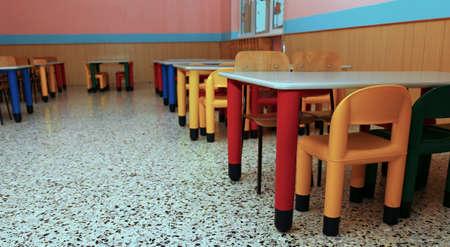 comedor escolar: sillitas de un refectorio del comedor escolar en la escuela para ni�os