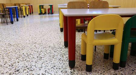 comedor escolar: Sillas de un refectorio del comedor escolar en la escuela para ni�os Foto de archivo