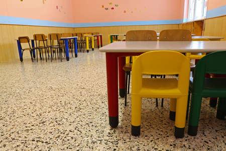 comedor escolar: Sillas de un refectorio del comedor escolar en el schoo