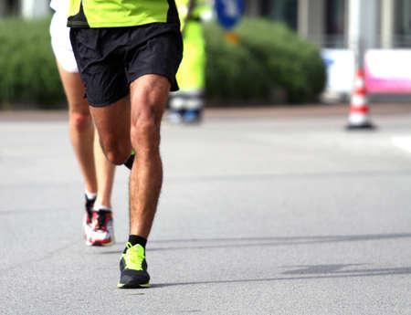 Deux athlètes pendant le marathon Banque d'images - 34284016
