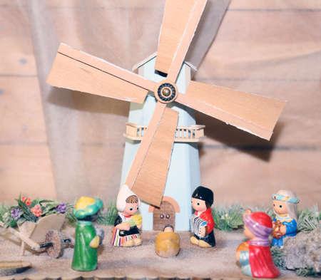 sacra famiglia: statue del presepe con la Sacra Famiglia in stile olandese e un mulino a vento