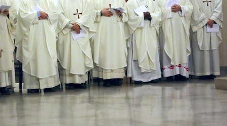 sotana: muchos sacerdote con la sotana blanca durante la celebración religiosa