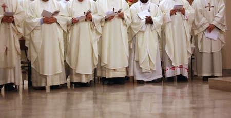 sotana: muchos sacerdote con la sotana blanca durante la celebraci�n religiosa