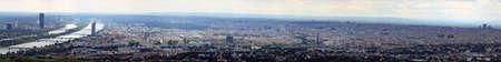 demografia: hermosa vista de la ciudad de Viena con el r�o Danubio en Austria