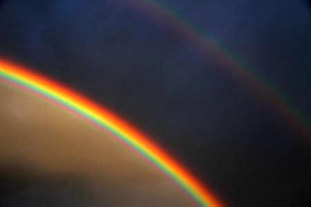 Seltene Double Rainbow nach dem Sturm und schwarzen Himmel Standard-Bild - 34862952