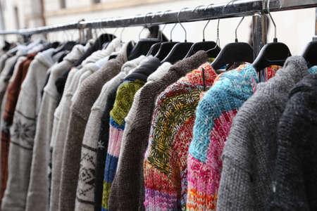 ropa de invierno: suéteres y ropa de época para la venta en el mercado de pulgas al aire libre