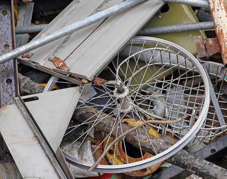 scrap metal: volante di una bicicletta nel contenitore dei rottami metallici