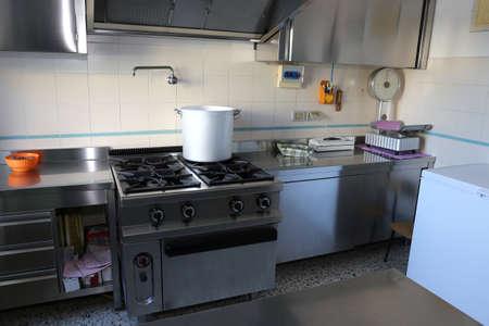 restaurateur: grande cuisine industrielle avec grande cuisini�re � gaz et le pot de g�ant de l'aluminium sur le feu