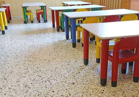comedor escolar: sillas de colores y peque�as mesas en el comedor de la guarder�a Foto de archivo