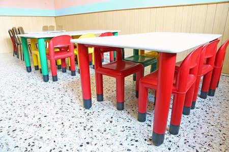 comedor escolar: sillas y mesas de pl�stico peque�os en la clase de la guarder�a Foto de archivo