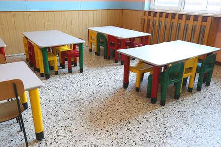 comedor escolar: sillas de pl�stico de colores y peque�as mesas de comedor escolar para los ni�os