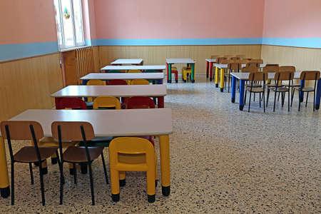 comedor escolar: gran refectorio del jard�n de infantes con peque�as mesas y sillas para ni�os Foto de archivo