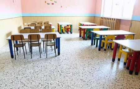 어린이를위한 작은 탁자와 의자가있는 유치원 복도