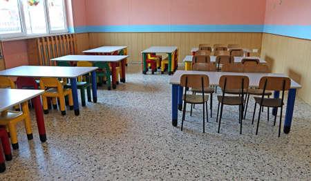 comedor escolar: gran refectorio del jard�n de infantes con mesas y sillas para ni�os