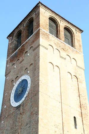 romeinse cijfers: klokkentoren met Romeinse cijfers en een enkele urenwijzer