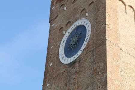 romeinse cijfers: klokkentoren met grote klok met Romeinse cijfers en een enkele urenwijzer