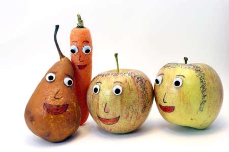 occhi grandi: PEAR e carota e due mele con occhi molto grandi Archivio Fotografico
