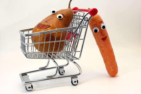 occhi grandi: Carote arancione spinge il carrello della spesa con una pera con grandi occhi