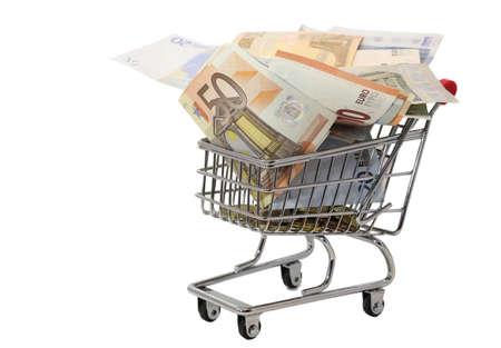 inflation basket: europeo carrito de la compra lleno de billetes en euros en el fondo blanco