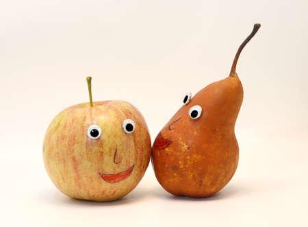occhi grandi: divertente coppia di frutta mela e pera, con grandi occhi