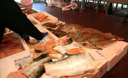 visboer: visboer verkoopt verse vis in vis marktkraam in Zuid-Italië
