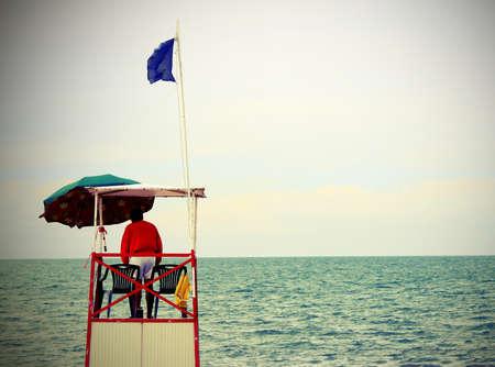 encrespado: torre con socorristas de playa durante el mar picado Foto de archivo