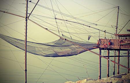 redes de pesca: enormes redes de pesca en los palafitos de madera Foto de archivo