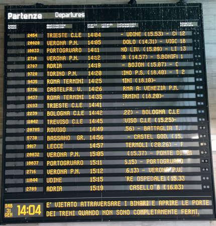 cronograma: Horarios de transporte p�blico en una estaci�n de tren en Italia Editorial