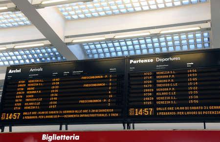 timetable: Orario trasporti pubblici in una stazione ferroviaria in Italia