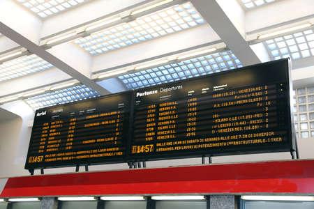 cronograma: enorme calendario de transporte p�blico en una estaci�n de tren en Italia