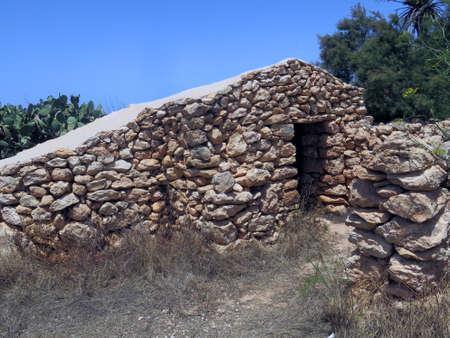 campesino: Casas campesinas antiguas de piedra en la isla de Lampedusa, en Sicilia Italia Foto de archivo