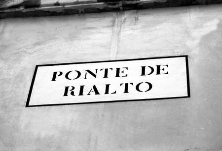 rialto bridge: road signal to Rialto Bridge in Venice in the wall Stock Photo