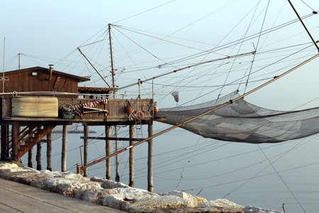 redes de pesca: gran casa sobre pilotes por las redes al mar y pesca de los pescadores