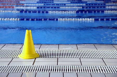piscina olimpica: se�al cono piso mojado en la piscina ol�mpica grande Foto de archivo