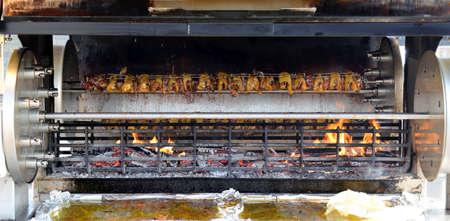 pollo rostizado: enorme escupitajo lleno de gallos y pollos asados