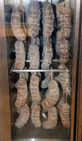 worst en vleeswaren in grote industriële koelkast tijdens de kruiden