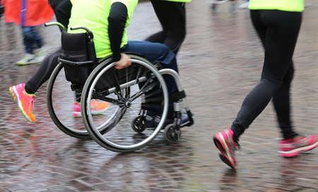 discapacidad: atleta discapacitado con la silla de ruedas durante una competici�n Foto de archivo