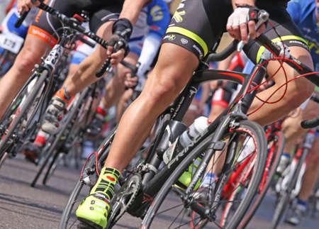 andando en bicicleta: VICENZA, VI, Italia - el 12 de abril los ciclistas corren rápido en las carreras de motos durante la carrera carretera ciclo llamado GranFondoLiotto en la ciudad de Vicenza, en el norte de Italia en Vicenza en Italia