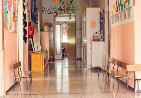 kinder: pasillo interior de un jardín de infantes guardería sin hijos
