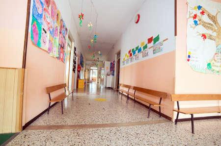 GUARDERIA: largo pasillo a un jard�n de infantes guarder�a sin hijos Foto de archivo