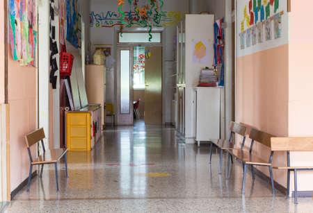ir al colegio: pasillo de un preescolar de guarder�a para ni�os Foto de archivo