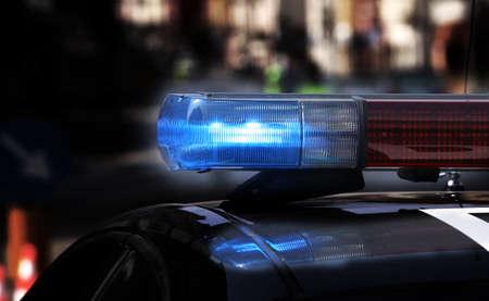 Sirenas intermitentes azules del coche de la policía durante el control de carretera Foto de archivo