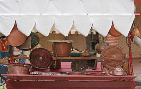 molti oggetti in rame per la cucina e la casa in vendita in antiquariato bancarella al