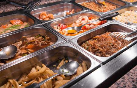Restaurante chino: espaguetis carne y verduras bufé